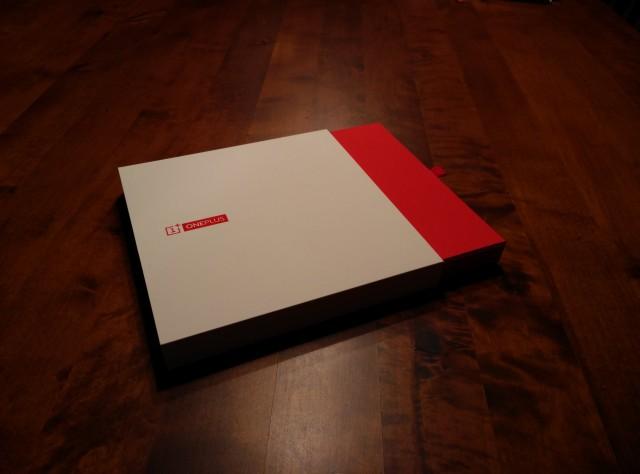 Die hochwertige, schubladenartige Verpackung des OnePlus One